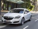Fahraufnahme von einem weißen Opel Insignia von vorne