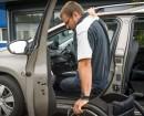 Rollstuhlfahrer steigt in den umgebauten Peugeot 2008
