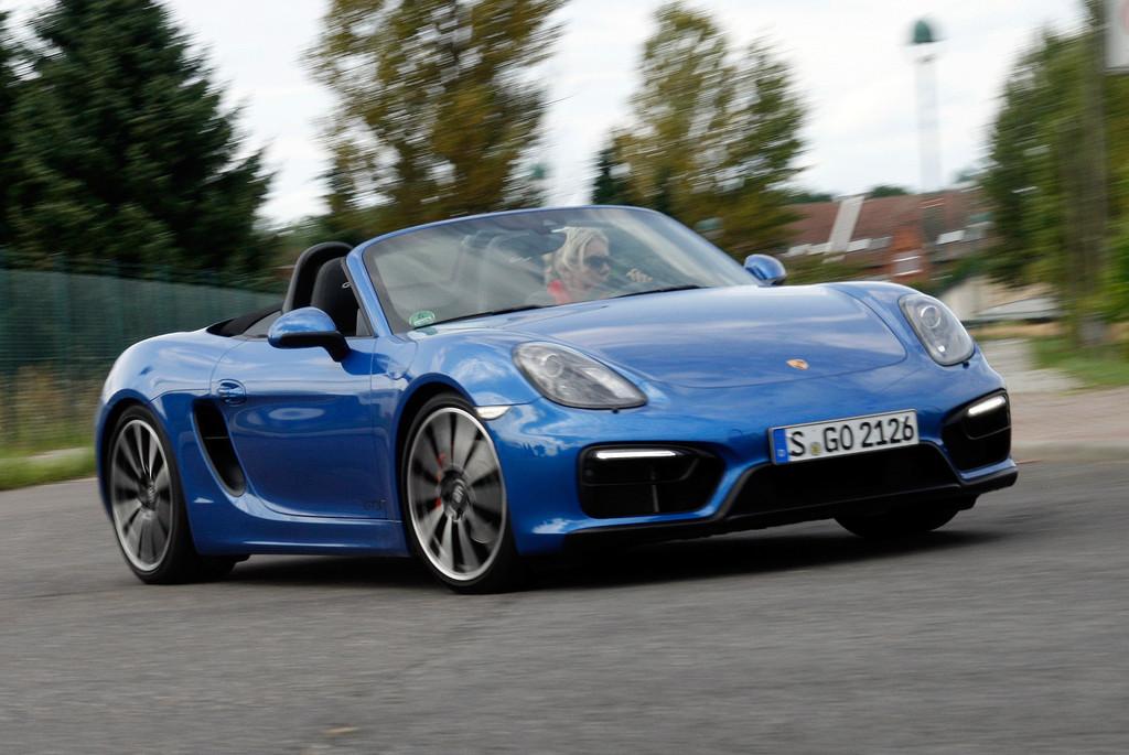 Porsche Boxster GTS in Blau, das Verdeck unten