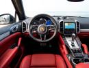 Das Cockpit des Porsche Cayenne Turbo 2015 mit roten Ledersitzen