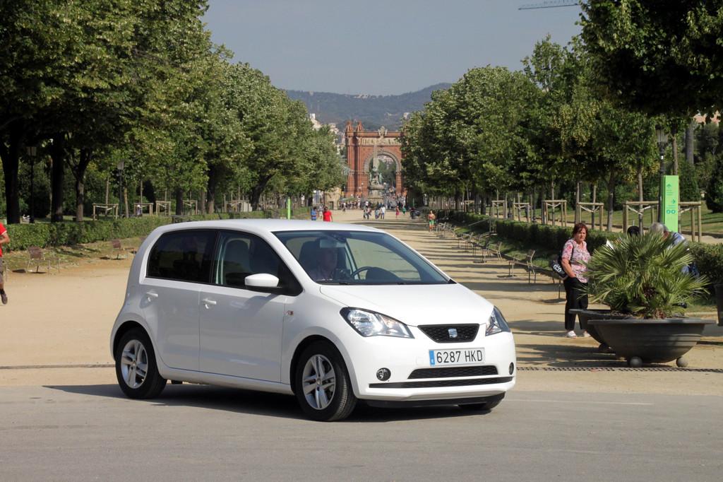 Seat Mii parkt im spanischen Barcelona