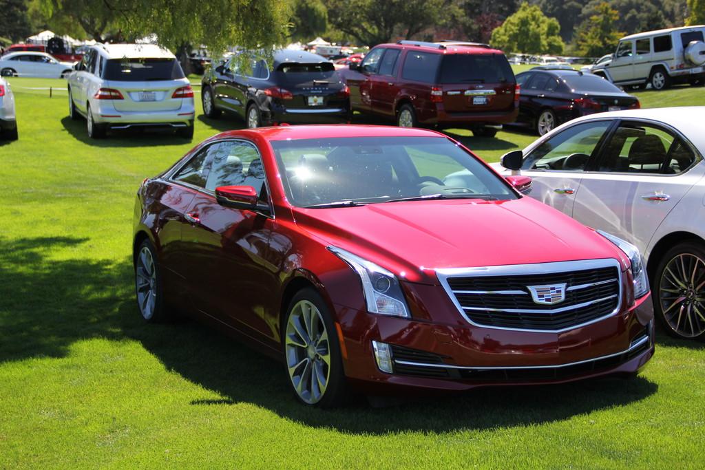 Die Motorhaube eines roten Cadillac ATS Coupé