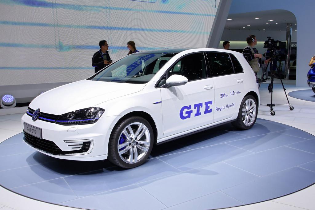weißer Volkswagen Golf GTE mit hybrid-technik auf messe