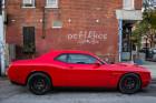 Roter Dodge Challenger SRT Hellcat in der Seitenansicht