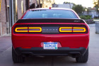 Eingeschaltete Rückleuchten des Dodge Challenger SRT Hellcat