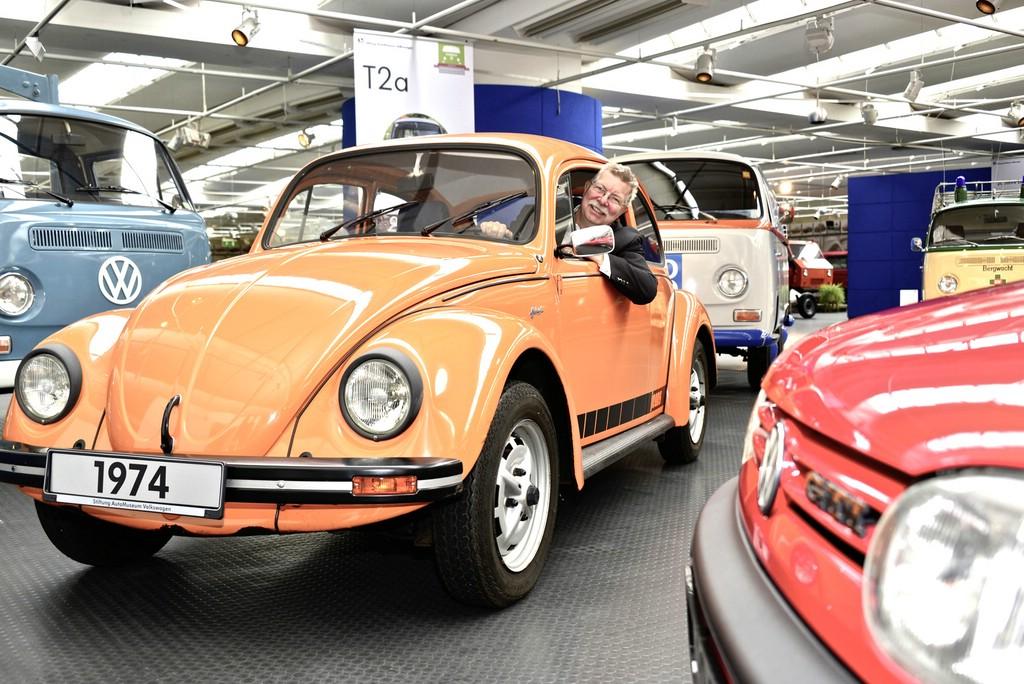 Eberhard Kittler, Vorstand der Stiftung AutoMuseum Volkswagen, im Jeans-Käfer von 1974.