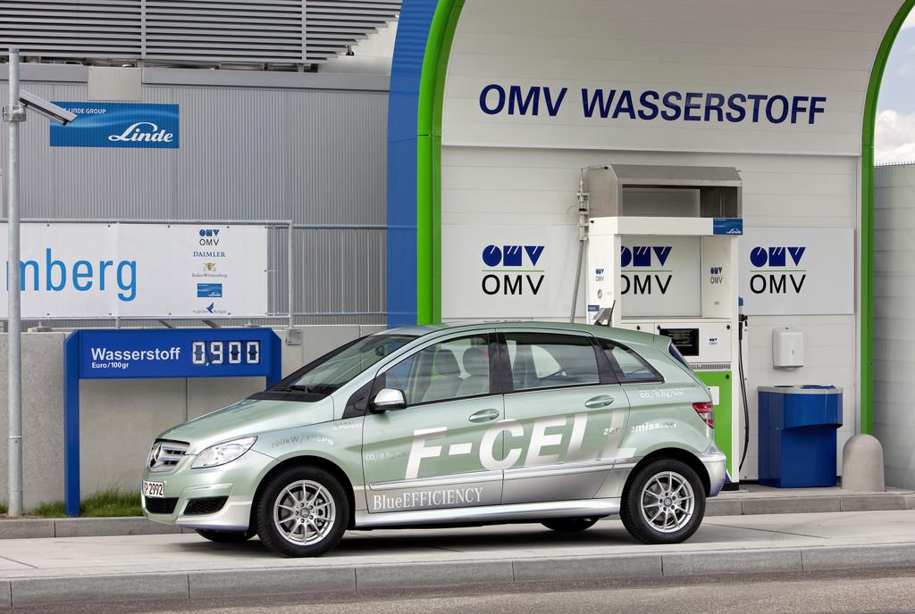Mercedes-Benz B-Klasse F-Cell an der OMV-Wasserstoff-Tankstelle am Stuttgarter Flughafen.