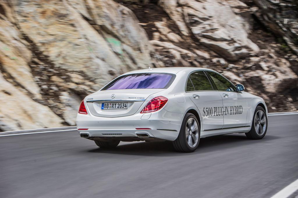 Mercedes-Benz S500 Plug-in-Hybrid in weiß Fahraufnahme