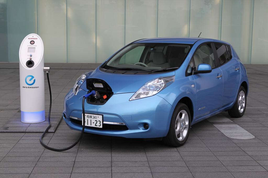 Elektrofahrzeug Nissan Leaf in Hell Blau Metallic