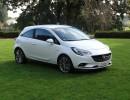 Weißer Opel Corsa E in der Front und Seitenansicht