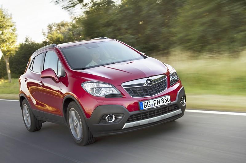 Roter Opel Mokka bei der Fahrt