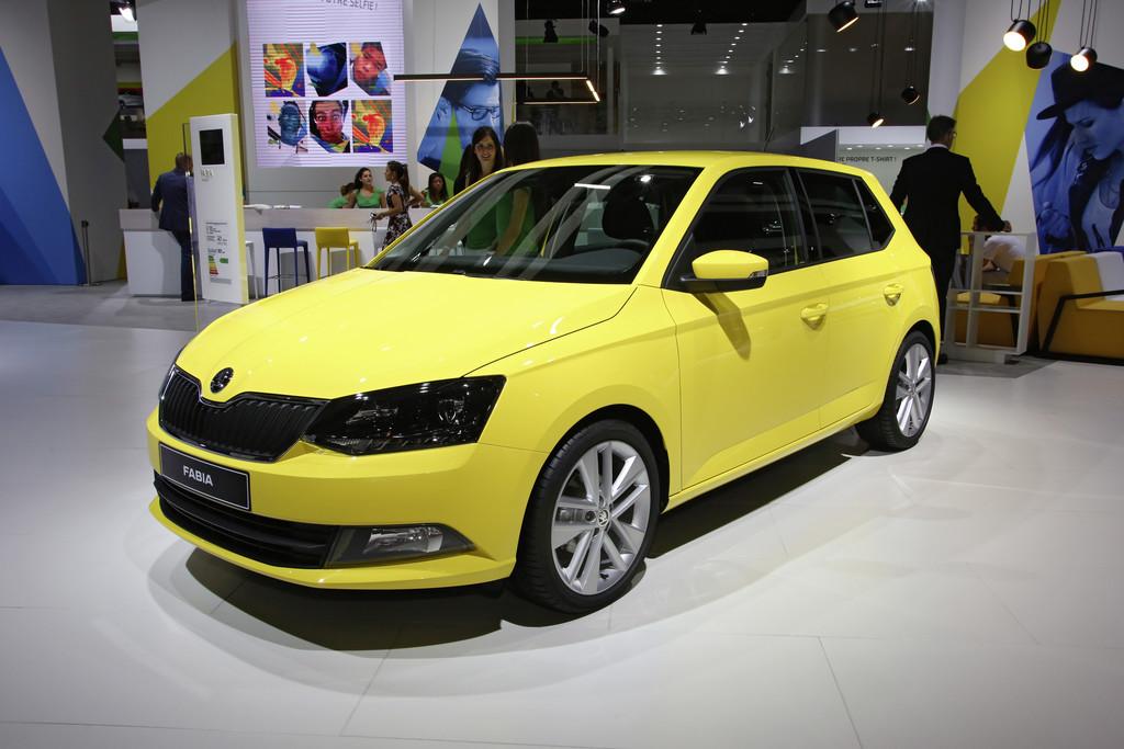 2015er gelber Skoda Fabia beim Pariser Autosalon 2014
