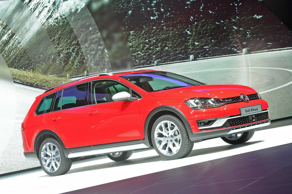 VW Golf Alltrack in rot auf der Pariser Motorshow 2014