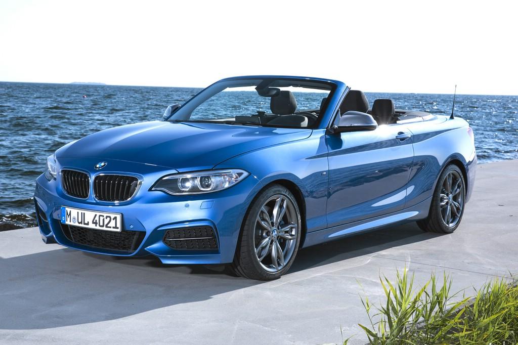 Standaufnahme von einem blauen BMW 2er Cabriolet