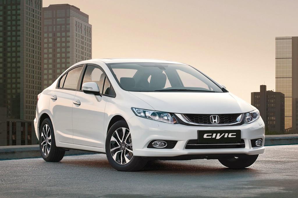 Honda Civic Stufenheck-Version in weiß, Standaufnahme, Frontansicht
