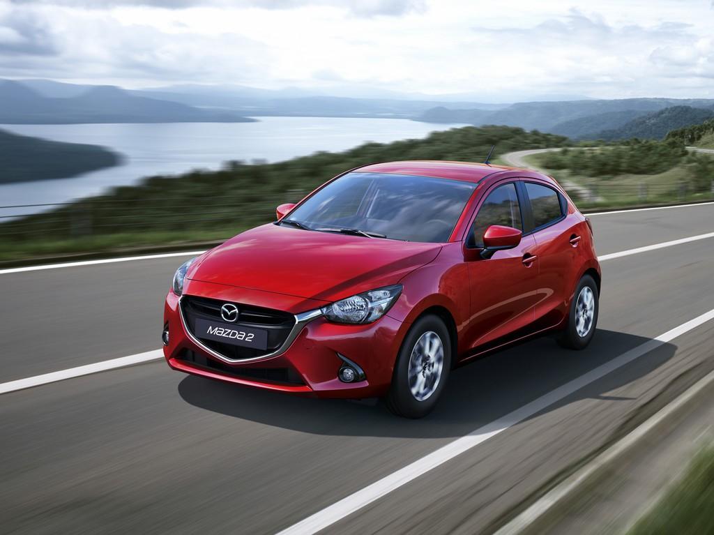 Mazda2 in Rot Metallic bei der Fahrt