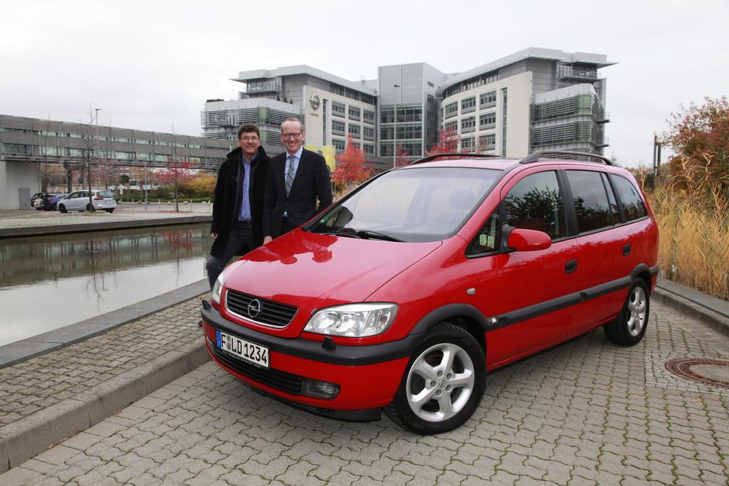 Opel Chef Dr. Karl-Thomas Neumann (rechts) und Andreas Schild mit seinem Zafira