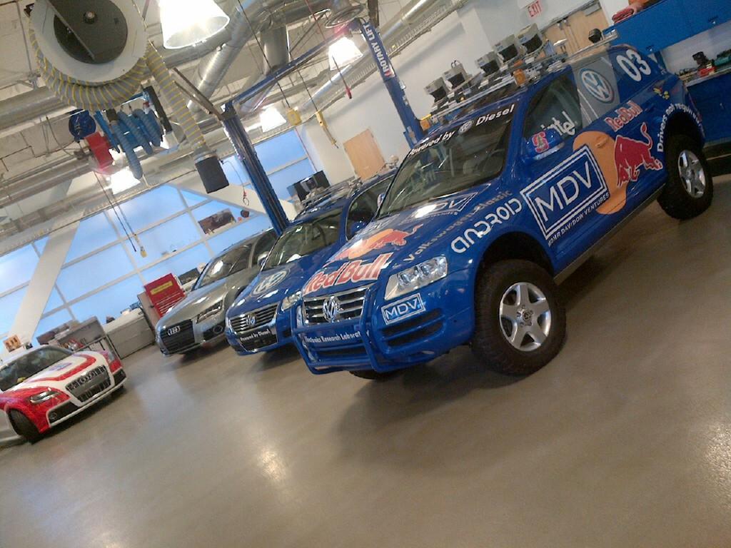 Autonomes Fahren bei Volkswagen: der Stanley (vorn), der blaue Passat Junior und links der Pikes Peak-TT.
