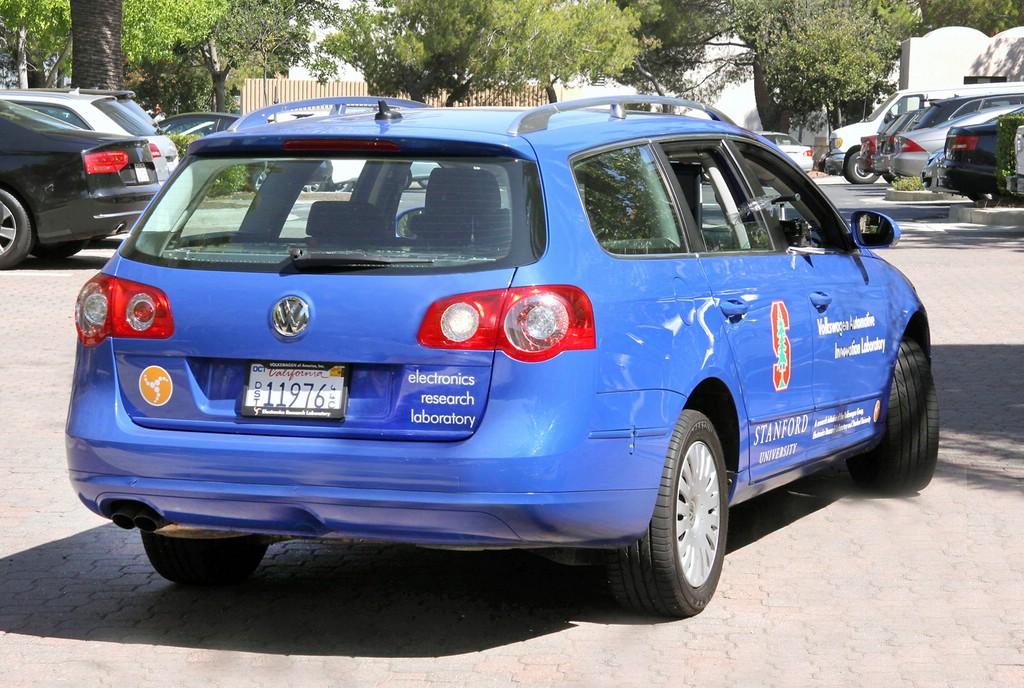Der Passat schafft es schon 2010 ganz ohne die Hilfe eines Fahrers, in die passende Parklücke zu rangieren.