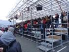 Volvo-Crashtest: 150 Journalisten im Morgengrauen auf dem Volvo-Testgelände in Göteborg, wartend.