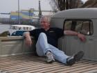 Manfred Klee auf der Pritsche seines VW Bus Doka