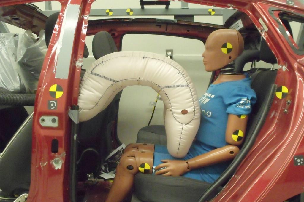 Der Rücksitz-Airbag entfaltet sich aus dem Vordersitz und schützt auch, wenn dieser weit vorn steht.