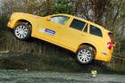 """Volvo XC 90 beim """"Abflug"""" nach einem Verlassen der Straße mit 80 km/h."""