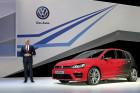 CES 2015: VW-Entwicklungsvorstand Dr. Heinz-Jakob Neußer mit dem Golf R Touch.