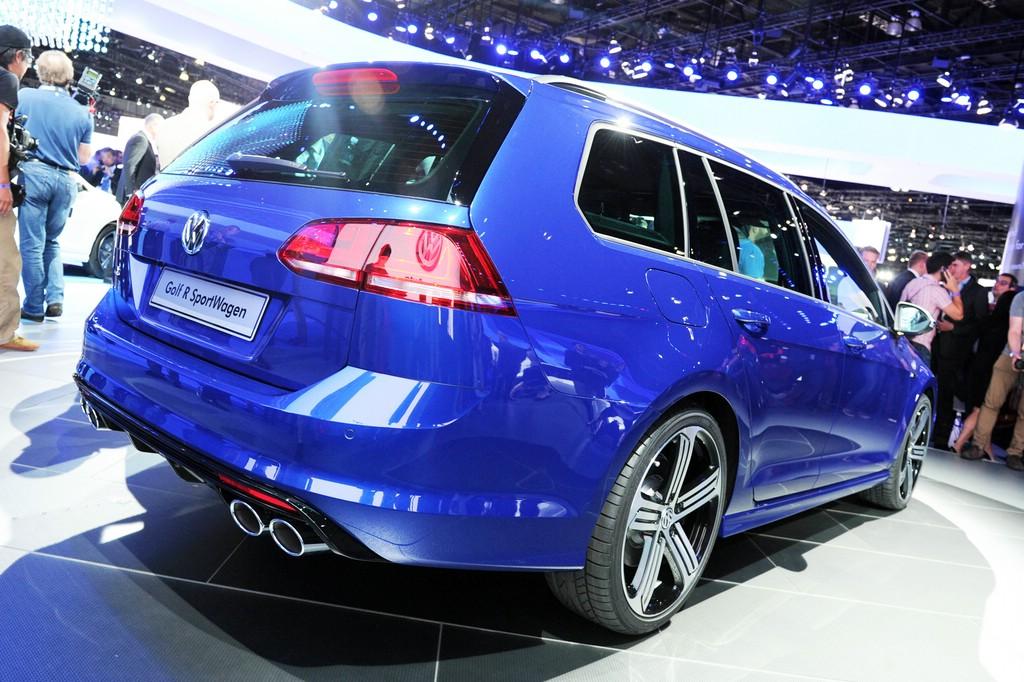 Der Golf R Variant 2015 von Volkswagen in Blau Metallic