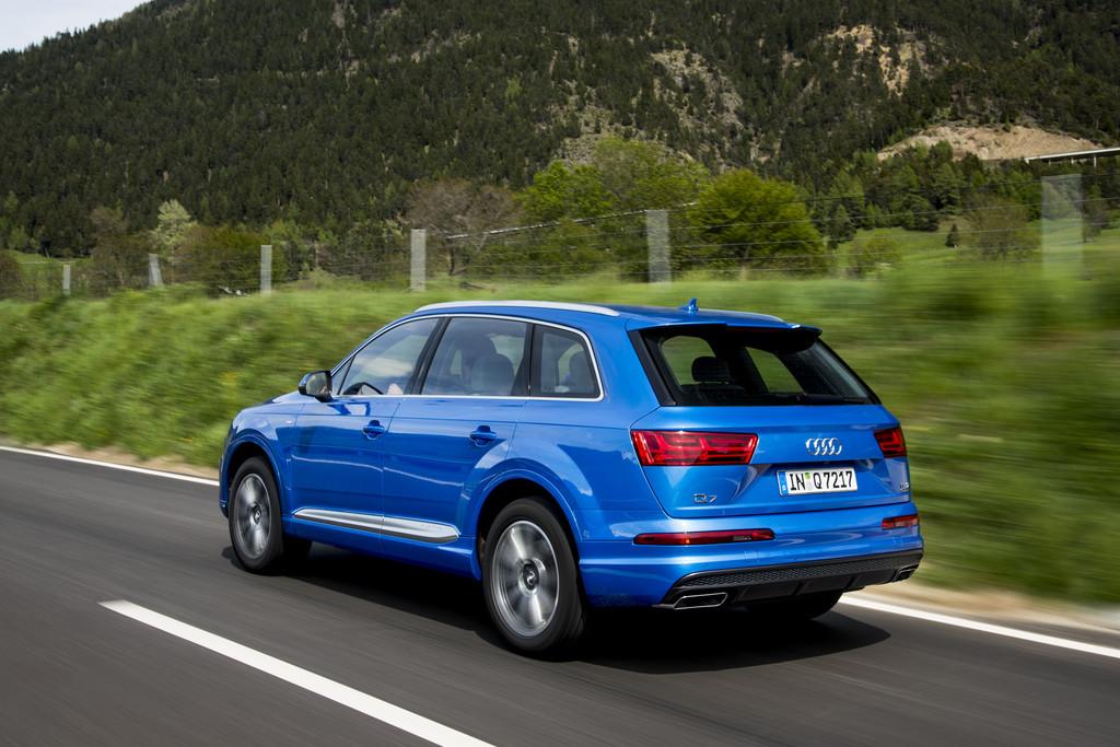 Der aktuelle Audi Q7 Modelljahr 2015 in blau