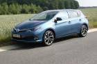Blauer Toyota Auris Facelift Modell