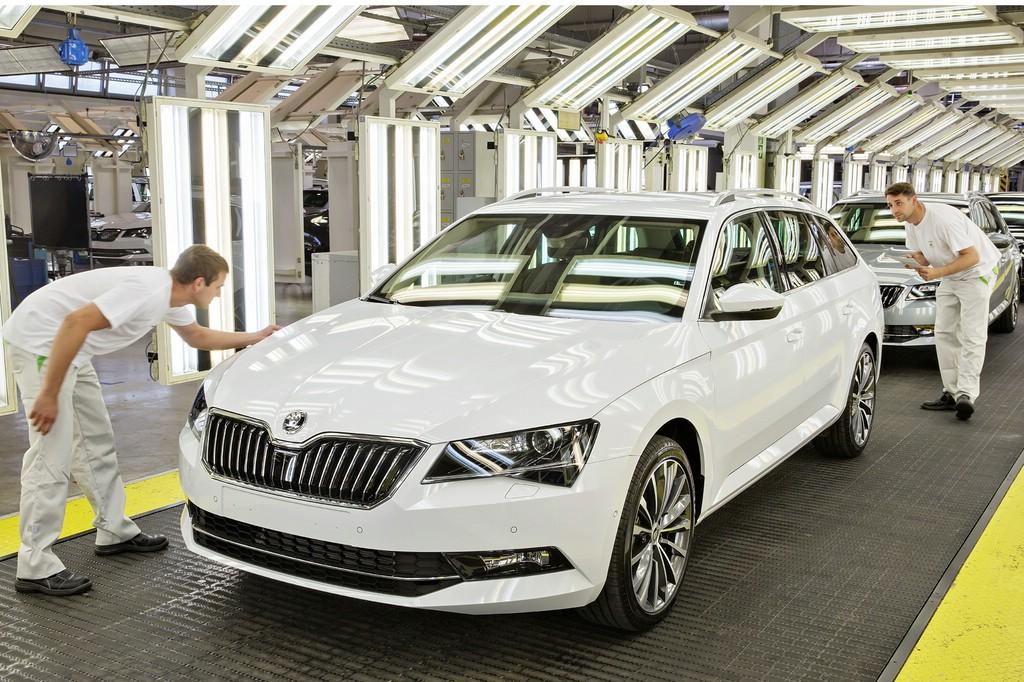 Der erstproduzierte Škoda Superb Combi im Lichtkanal der Qualitätskontrolle.