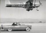 Cessna 172 beim Weltrekordflug in Nevada und ein Ford Thunderbid (1958)
