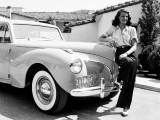 Rita Hayworth mit ihrem Lincoln Continental Coupé von 1941