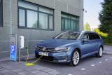 Volkswagen Passat GTE Kombi beim Laden