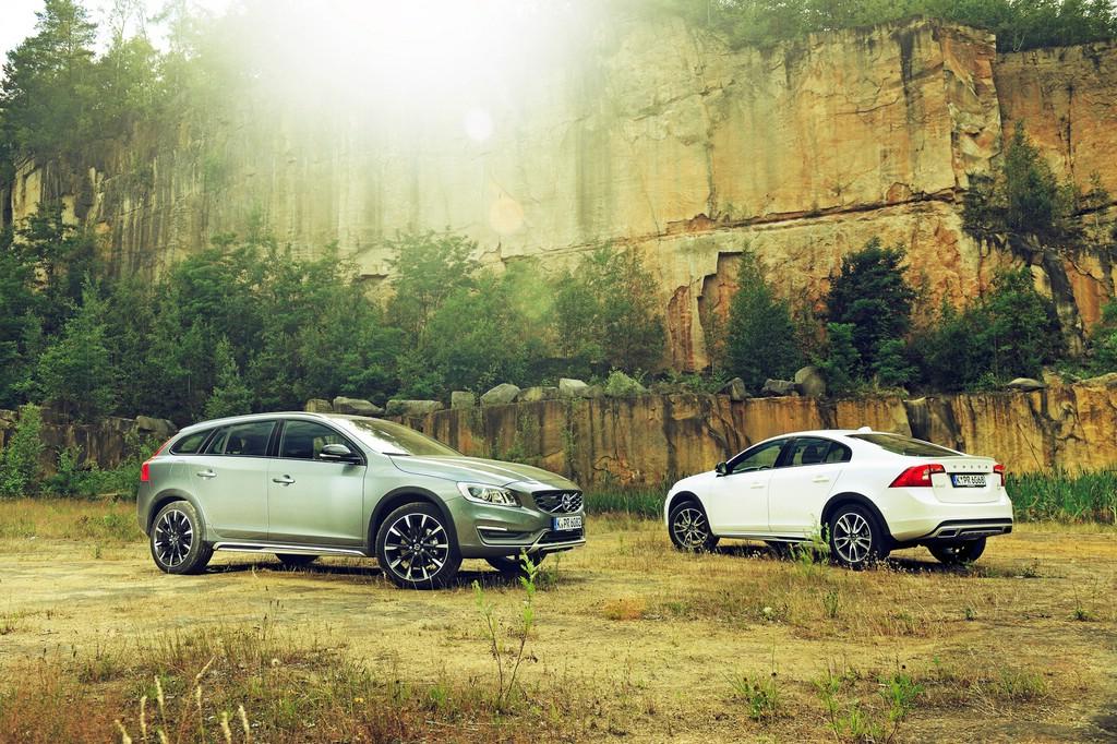 Volvo V60 Cross Country (links): Außenfarbe Osmium Grau-Metallic, 19''-Leichtmetallfelgen Bor, Motor T5, Front, Seitenansicht. Volvo S60 Cross Country (rechts): Außenfarbe Crystal Weiß-Perleffekt, 18''-Leichtmetallfelgen Neso, Motor D4 AWD, Heck, Seitenansicht.
