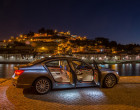 BMW 750Li xDrive bei Dunkelheit